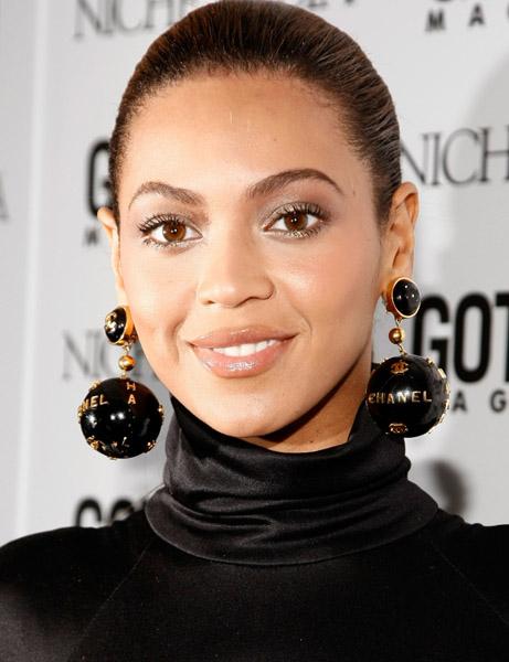 beyonce-huge-ball-chanel-black-earrings-globe